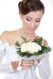Belle mariée avec le bouquet Photographie stock