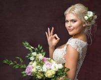 Belle mariée avec le bouquet des fleurs Photographie stock libre de droits