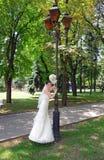 Belle mariée avec un bouquet photographie stock