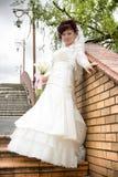 Belle mariée avec un bouquet, mur de briques Images libres de droits