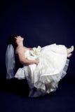 Belle mariée avec un bouquet un fond noir Photographie stock libre de droits