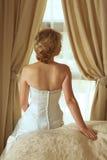Belle mariée blonde dans la robe de perle de satin Photographie stock libre de droits