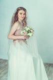 Belle mariée dans la robe de mariage Photo stock
