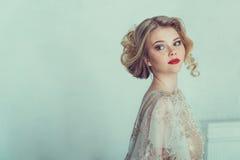 Belle mariée dans la robe de mariage Images stock