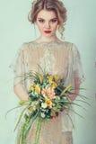 Belle mariée dans la robe de mariage Photographie stock libre de droits