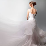 Belle mariée dans une robe de mariage luxueuse Photos stock