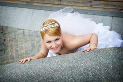 Belle mariée dans une robe de mariage près de parapet Photographie stock libre de droits