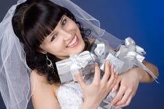 Belle mariée de brunette avec des présents Photo stock