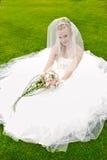 Belle mariée posant dans wedding à l'herbe Image stock