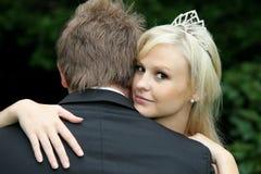 Belle mariée regardant au-dessus de l'épaule du mari photographie stock libre de droits