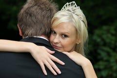Belle mariée regardant au-dessus de l'épaule du mari image libre de droits