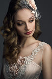 Belle mariée regardant vers le bas Image stock