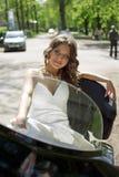 Belle mariée s'asseyant sur une moto Photo stock