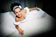 Belle mariée sur le bâti blanc Photo libre de droits