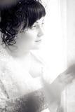 Belle mariée triste, attendant par l'hublot Photo stock
