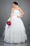 Belle mariée de brunette avec un bouquet Image libre de droits
