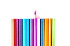 Belle matite bianche e colorate messe delle matite colorate su fondo bianco Presto alla scuola Di nuovo al banco fotografia stock