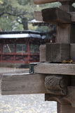 Belle menuiserie japonaise sur un tombeau construisant Tokyo, Japon Photos libres de droits