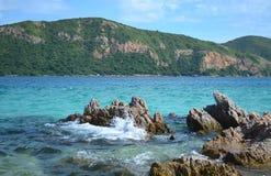 Belle mer bleue avec la roche et montagne le jour de ciel bleu Photo libre de droits