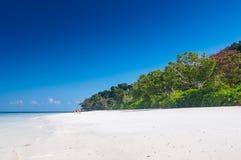 Belle mer bleue, ciel bleu en été Photo stock