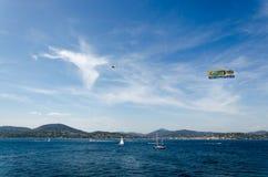 Belle mer bleue, ciel bleu, montagne et un avion Photographie stock libre de droits