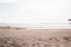 Belle mer calme avec les cieux bleus un beau jour d'été photos stock