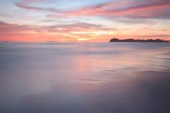Belle mer d'Andaman dans le coucher du soleil Image libre de droits