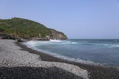 Belle mer d'espace libre de turquoise avec Pebble Beach noir à l'île tropicale, Amérique Centrale Photos libres de droits