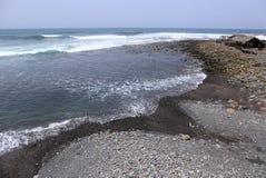 Belle mer d'espace libre de turquoise avec Pebble Beach noir à l'île tropicale, Amérique Centrale Photographie stock