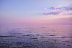 Belle mer de soirée calme, avec de belles fleurs dans le ciel images libres de droits
