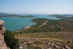 Belle mer et île verte Photographie stock libre de droits