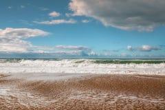 Belle mer et ciel nuageux photos stock