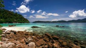 Belle mer et plage blanche de sable Images stock