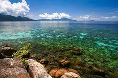Belle mer et plage blanche de sable Photographie stock libre de droits