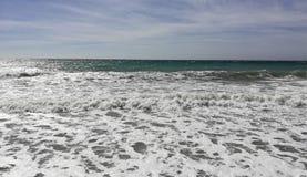 Belle mer mousseuse avec le ciel bleu photo libre de droits
