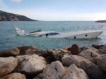 Belle moitié de yacht submergée photo libre de droits