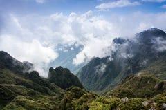 Belle montagne alte in nuvole fotografia stock libera da diritti