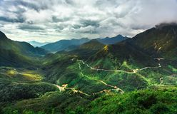 Belle montagne alte in nuvole, Immagini Stock Libere da Diritti