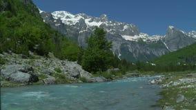 Belle montagne con il fiume scorrente video d archivio