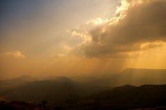 Belle montagne con il raggio di luce. Fotografia Stock