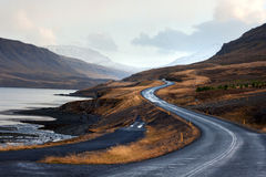 Belle montagne dal fiordo di Hvalfjordur l'islanda immagini stock
