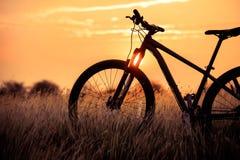 Belle montagne de paysage faisant du vélo au coucher du soleil Photos stock