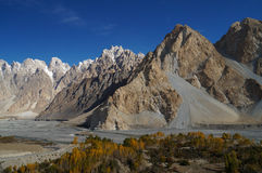 Belle montagne di Karakorum con cielo blu, Pakistan Immagini Stock