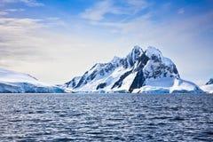 Belle montagne snow-capped Immagini Stock Libere da Diritti