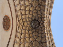 Belle mosaïque de conception de plafond au palais traditionnel iranien Image stock