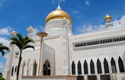 Belle mosquée avec le ciel bleu Image stock