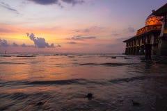 Belle mosquée avec le paysage de coucher du soleil photos stock
