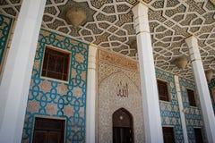 Belle mosquée moderne à Chiraz, Iran, avec des colonnes photographie stock libre de droits
