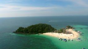 Belle mouche au-dessus de l'île sauvage dans l'Océan Indien, les gens nageant, yachts Photographie stock libre de droits