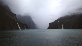 Belle nature avec les cascades et le lac banque de vidéos